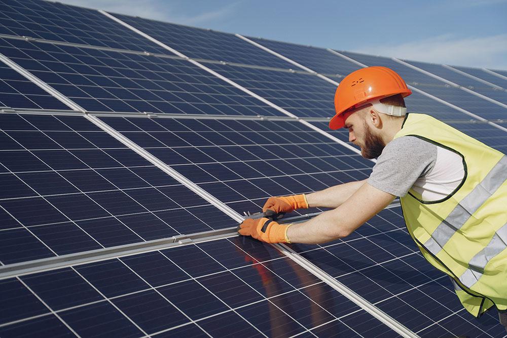 Operaio su impianto fotovoltaico