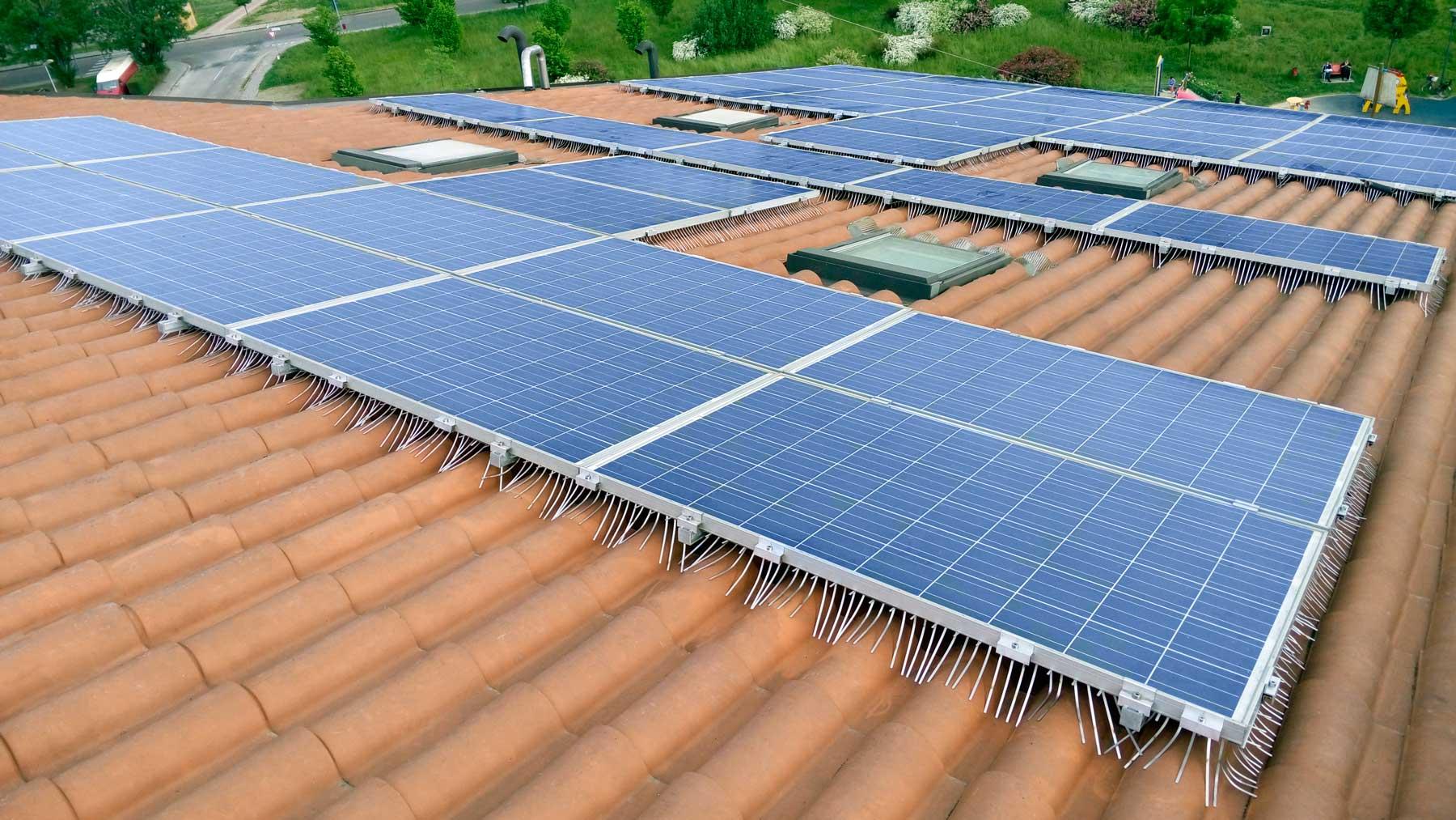 sistema anti piccione isidoro installato su impianto fotovoltaico esteso su grande tetto