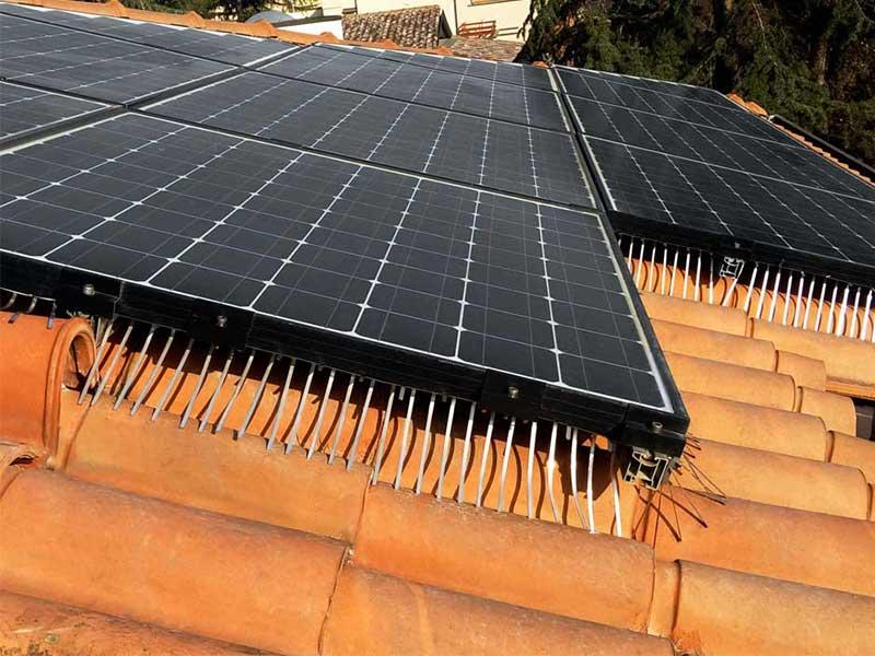 installazione anti volatili su impianto fotovoltaico nero